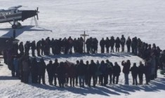 A memorial gathering at Lake Bussy. (Ashlee Iserhoff / Twitter)